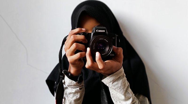 Tips Edit Foto Berwarna Dengan Background Hitam Putih (Monokromatik)